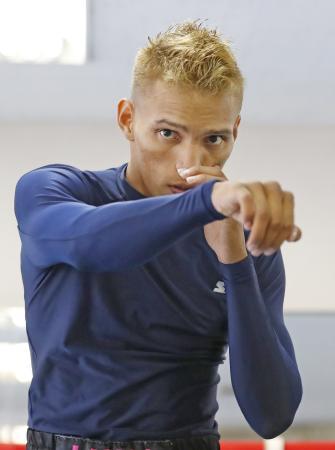 公開練習するWBC世界フライ級2位のクリストファー・ロサレス=東京都新宿区の帝拳ジム