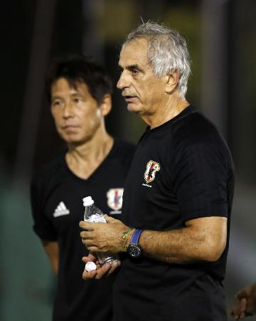 2017年8月28日、オーストラリア戦前の練習で、言葉を交わすサッカー日本代表のハリルホジッチ監督(右)と西野朗氏=さいたま市内