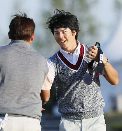 第2日、ホールアウトし笑顔を見せる石川遼。通算11アンダーで首位=東建多度CC名古屋