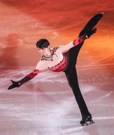 アイスショーで演技する羽生結弦=武蔵野の森総合スポーツプラザ