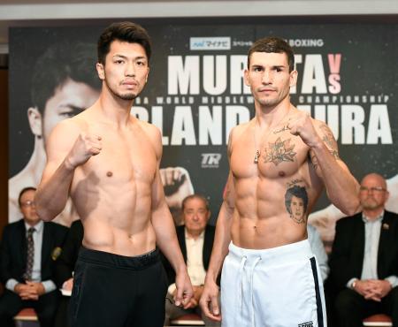 WBAミドル級世界戦の前日計量をパスし、ポーズをとる村田諒太(左)とエマヌエーレ・ブランダムラ=14日午後、東京都内のホテル