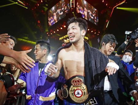 WBAミドル級世界戦で挑戦者のエマヌエーレ・ブランダムラを8回TKOで下し、初防衛に成功した村田諒太=15日、横浜市の横浜アリーナ