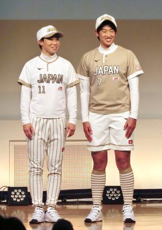 記者会見で新ユニホームをお披露目する、ソフトボール世界選手権日本代表の上野(右)と山田=16日、東京都新宿区