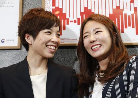 トークショーを終え、取材に応じるスピードスケート女子の小平奈緒(左)と李相花両選手=19日午後、東京都新宿区