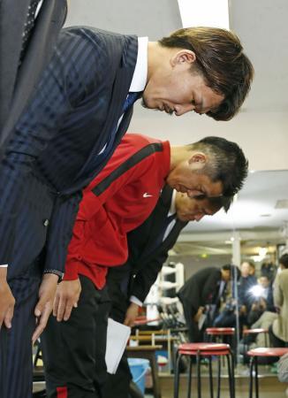 ドーピング問題で記者会見し、頭を下げるIBFスーパーフェザー級王者の尾川堅一選手(手前)=19日午後、東京都新宿区の帝拳ジム