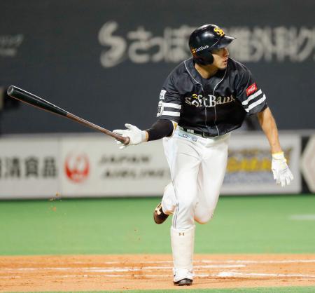 8回ソフトバンク2死一塁、柳田が右中間に適時三塁打を放ち、サイクル安打を達成=札幌ドーム