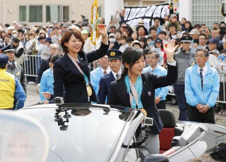 平昌五輪でメダルを獲得し、地元でパレードするスピードスケートの高木菜那選手(左)と妹の美帆選手=22日午後、北海道幕別町