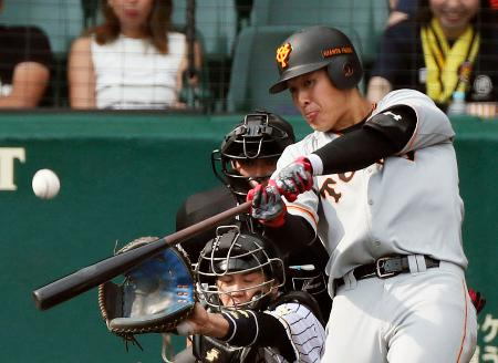 5回巨人無死二、三塁、岡本が中越えに3ランを放つ。捕手梅野=甲子園