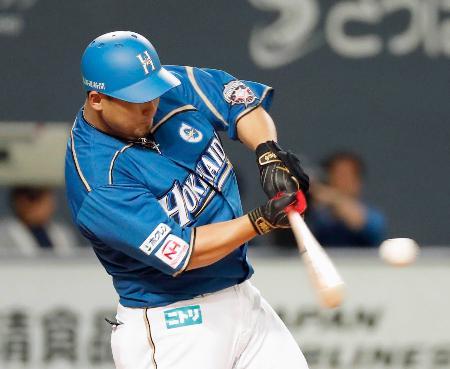 5回日本ハム1死一、二塁、中田が左越えに3ランを放つ=札幌ドーム