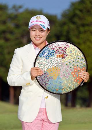 最終日、プレーオフを制して初優勝した永峰咲希=川奈ホテルGC富士