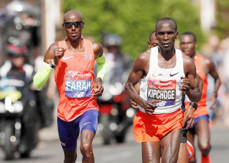ロンドン・マラソンの男子で競り合うエリウド・キプチョゲ(右)とモハメド・ファラー(ロイター=共同)
