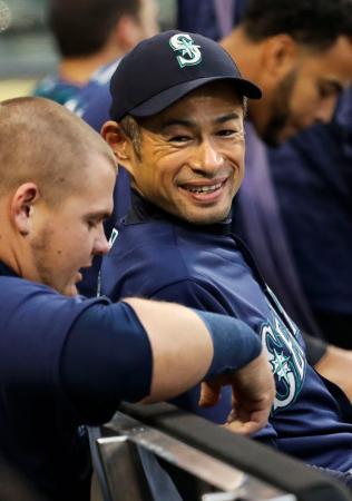 試合前のベンチでチームメートと話すマリナーズのイチロー=シカゴ(共同)