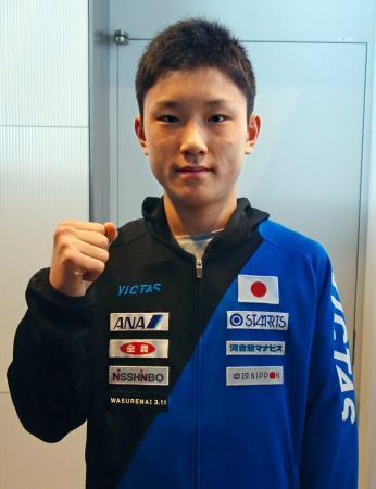 卓球世界選手権団体戦への出発を前にポーズをとる張本智和=24日、成田空港