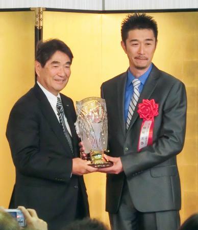 「ミズノスポーツメントール賞」で表彰される結城匡啓コーチ(右)=24日、東京都港区