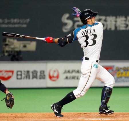 4回日本ハム2死二塁、大田が左中間に2打席連続本塁打となる勝ち越し2ランを放つ=札幌ドーム