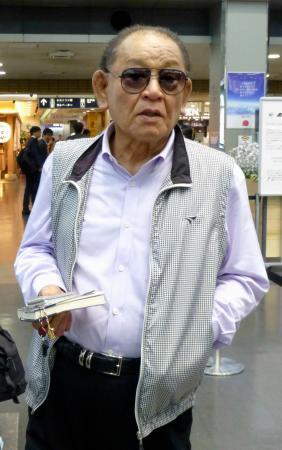 衣笠祥雄氏の訃報を受けて取材に応じる江夏豊氏=24日午後、松山空港