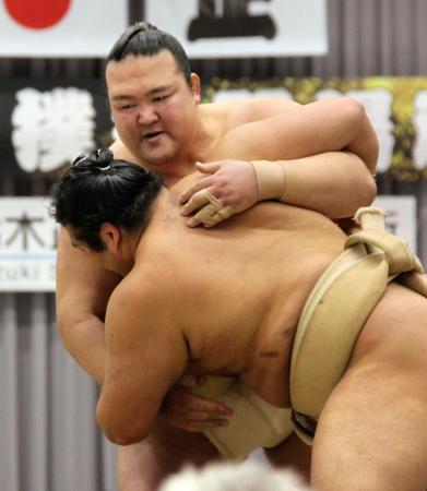 大相撲の春巡業で、稽古をする横綱稀勢の里(奥)=25日、茨城県笠間市