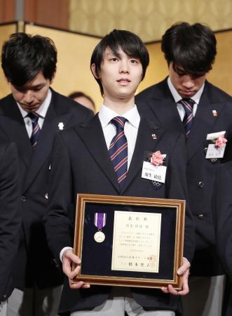日本スケート連盟の表彰式に出席した羽生結弦=26日、東京都内(代表撮影)