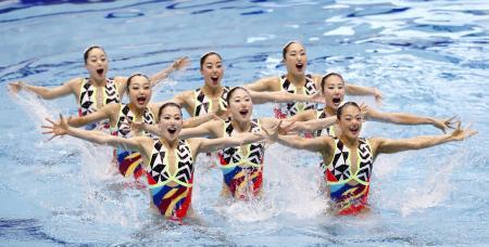 チーム・フリールーティンで優勝した日本の演技=東京辰巳国際水泳場