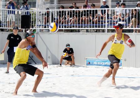 男子で優勝した上場(左)、白鳥組=大森東水辺スポーツ広場
