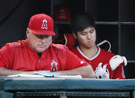 ヤンキース戦の7回、ベンチで出番を待つエンゼルス・大谷。左はソーシア監督=アナハイム(共同)