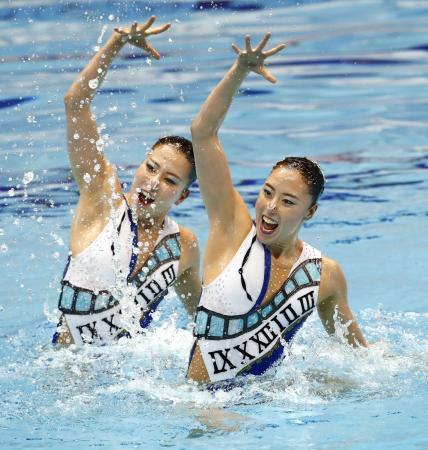 デュエット・フリールーティン決勝 優勝した乾(右)、中牧組の演技=東京辰巳国際水泳場