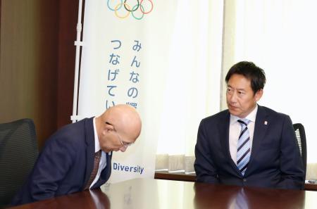 鈴木大地スポーツ庁長官(右)と面会し、頭を下げる日本レスリング協会の福田富昭会長=2日午前、スポーツ庁