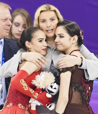 平昌冬季五輪でトゥトベリゼ・コーチ(中央)に祝福される銀メダルのエフゲニア・メドベージェワ(右)。左は金メダルのアリーナ・ザギトワ=2月、韓国・江陵(共同)