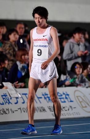 男子1万メートルで途中棄権した設楽悠太=延岡市西階陸上競技場