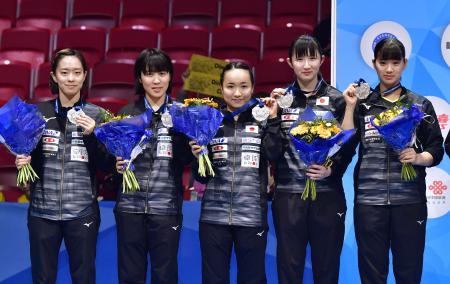 卓球の世界選手権団体戦女子で銀メダルを獲得した(左から)石川佳純、平野美宇、伊藤美誠、早田ひな、長崎美柚=5日、スウェーデンのハルムスタード(共同)