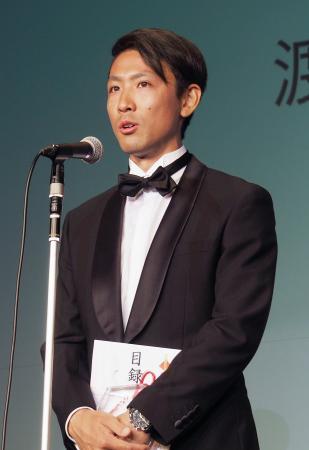 全日本スキー連盟の表彰式で、最優秀選手賞に選ばれたノルディック複合の渡部暁斗=7日午後、東京都港区
