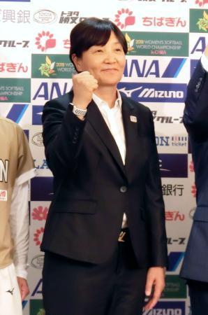 記者会見でポーズを取るソフトボール女子日本代表の宇津木麗華監督=9日、千葉市美浜区