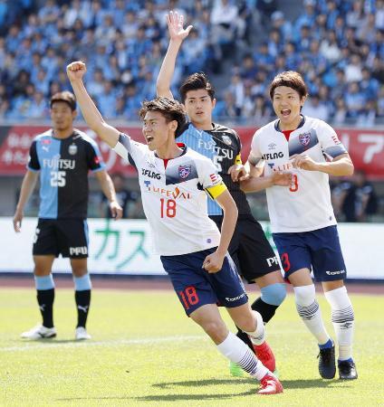 川崎―FC東京 前半、先制ゴールを決めガッツポーズのFC東京・橋本(18)=等々力