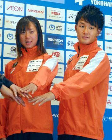 トライアスロン横浜大会の記者会見で、ポーズをとる佐藤優香(左)と古谷純平=10日、横浜市中区