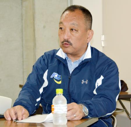 記者会見する関学大アメフット部の鳥内秀晃監督=12日、兵庫県西宮市