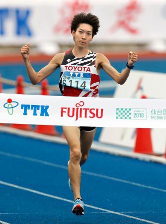 1時間3分5秒で優勝した松本稜=弘進ゴムアスリートパーク仙台