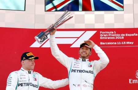 F1スペインGPを制し、喜ぶメルセデスのルイス・ハミルトン(右)=モントメロ(AP=共同)