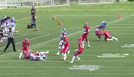 6日の試合で、パスを投げ終えた関学大選手に背後からタックルする日大の選手(右端)(関学大提供)