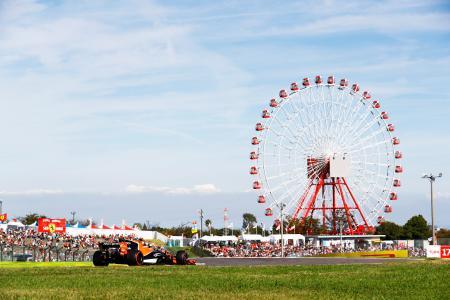 昨年のF1日本GPで鈴鹿サーキットを走るマクラーレン・ホンダ(当時)のマシン。スタンドには空席も見える=ホンダ