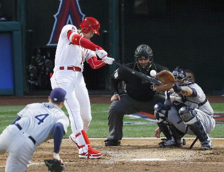 レイズ戦の2回、左中間二塁打を放つエンゼルス・大谷=アナハイム(共同)