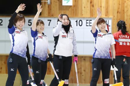 富士急に3連勝してパシフィック・アジア選手権の代表に決まり、笑顔で客席に手を振るLS北見の(左から)吉田知、鈴木、藤沢、吉田夕=アドヴィックス常呂カーリングホール