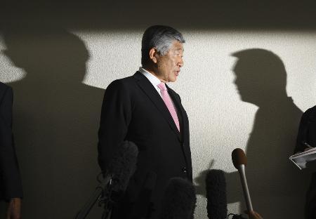 取材に応じる日大の内田正人監督=19日午後、大阪空港