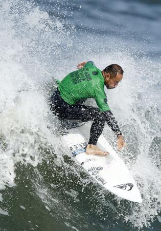 男子1回戦で波に乗る大野修聖=千葉県一宮町の釣ケ崎海岸