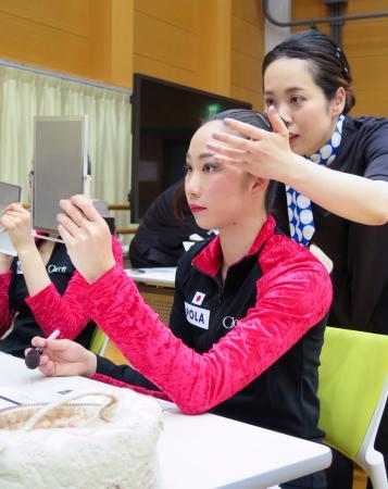担当者から新しいメークの手ほどきを受ける新体操日本代表の杉本早裕吏=21日、東京都北区