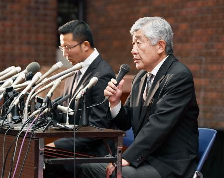 日本大アメリカンフットボール部の反則問題を巡り、記者会見で質問に答える内田正人前監督。左は井上奨コーチ=23日夜、東京都千代田区