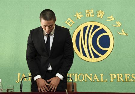22日、アメリカンフットボールの反則問題を巡り、記者会見で謝罪する日本大の宮川泰介選手=東京・内幸町の日本記者クラブ