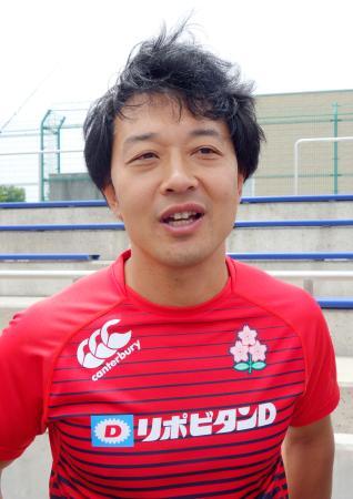 ラグビー7人制男子日本代表候補を初指導し、取材に応じる岩渕健輔総監督=25日、東京都府中市