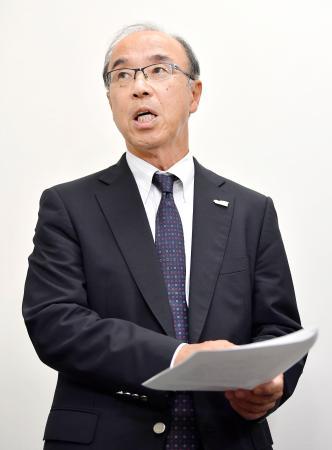 記者の質問に答える日本アメリカンフットボール協会の国吉誠会長=26日午後、東京都港区