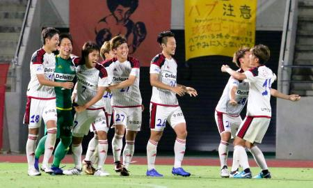 PK戦の末、琉球を破り喜ぶFC今治イレブン=沖縄県総合運動公園陸上競技場