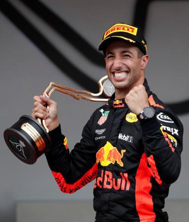 F1モナコGPを制し、喜ぶレッドブル・タグ・ホイヤーのダニエル・リカルド=27日、モンテカルロ(ロイター=共同)